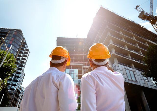 Dwóch mężczyzn wstroju ochronnym naplacu budowy