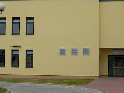 wejście do budynku usługowego